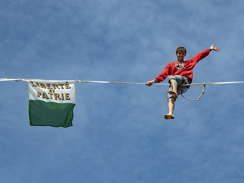 drapeau vaud Château saint maire Lausanne ceremonie vaudois suisse highline trickline show funambule circus performance spectacle ecole suisse Slackline Lyell Grunberg (12).jpg