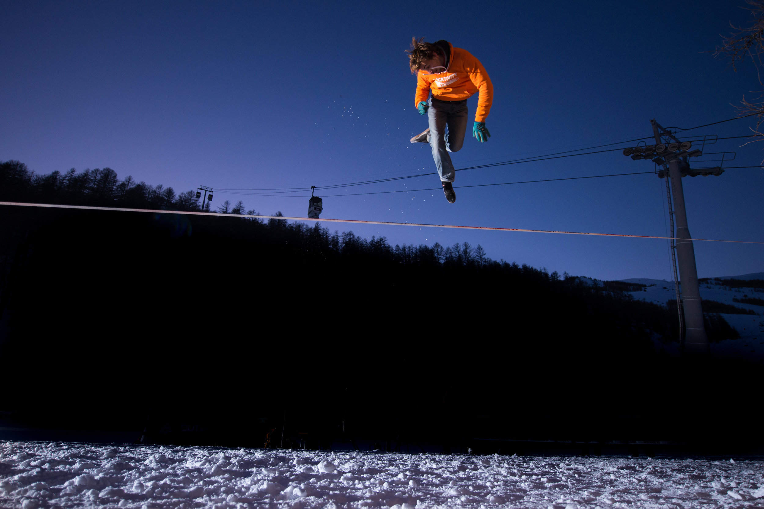 france outdoormix hiver nuit competition vars highline trickline show funambule circus performance spectacle ecole suisse Slackline Lyell Grunberg  (1).jpg