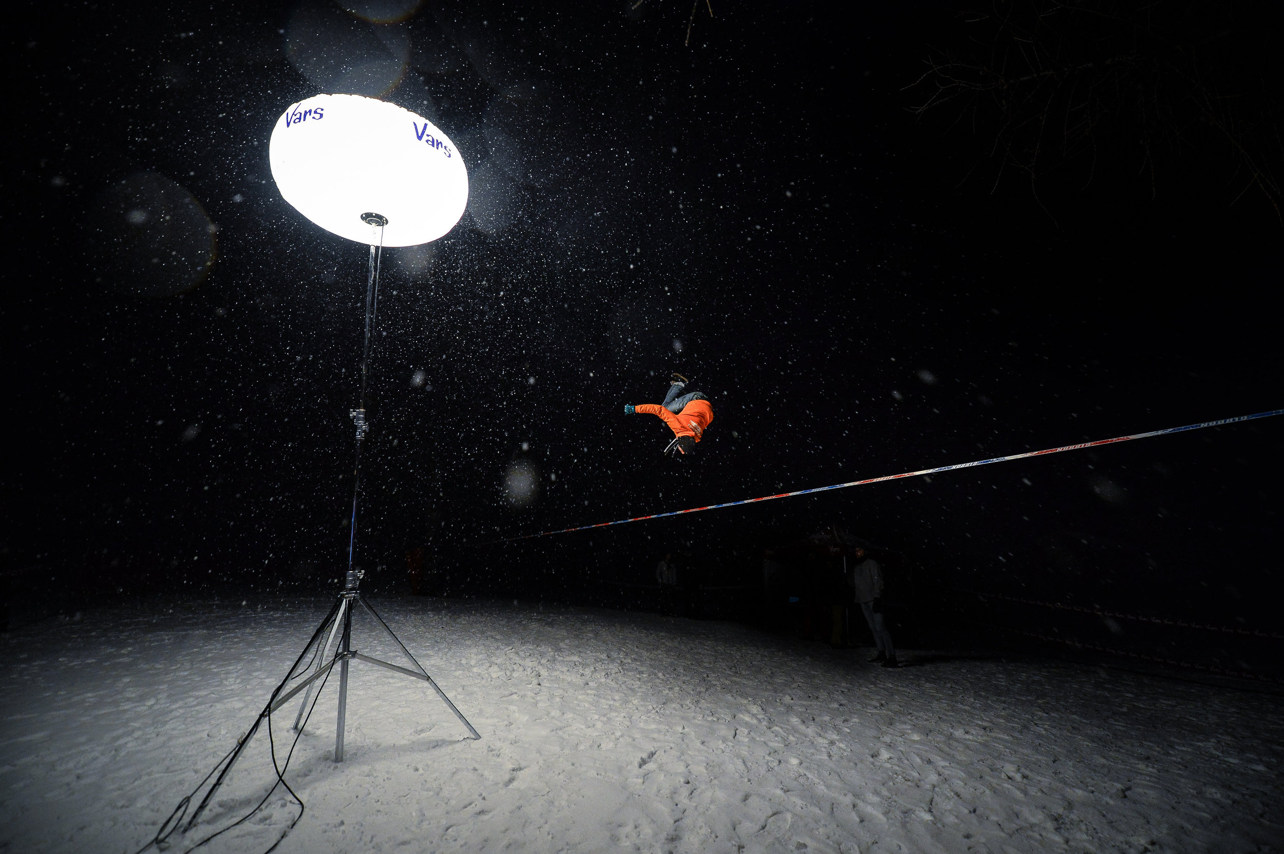 france outdoormix hiver nuit competition vars highline trickline show funambule circus performance spectacle ecole suisse Slackline Lyell Grunberg  (2).jpg