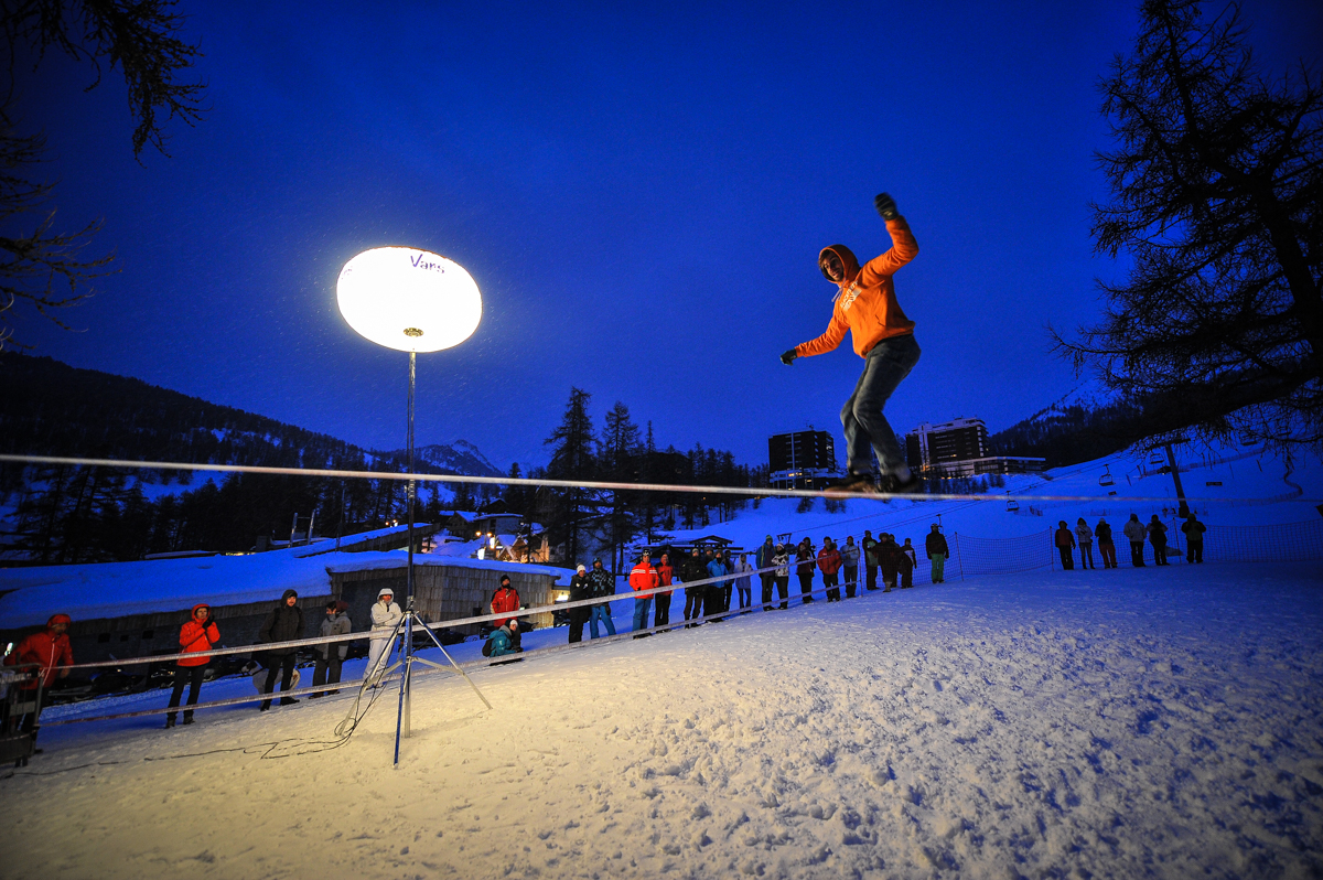france outdoormix hiver nuit competition vars highline trickline show funambule circus performance spectacle ecole suisse Slackline Lyell Grunberg  (3).jpg