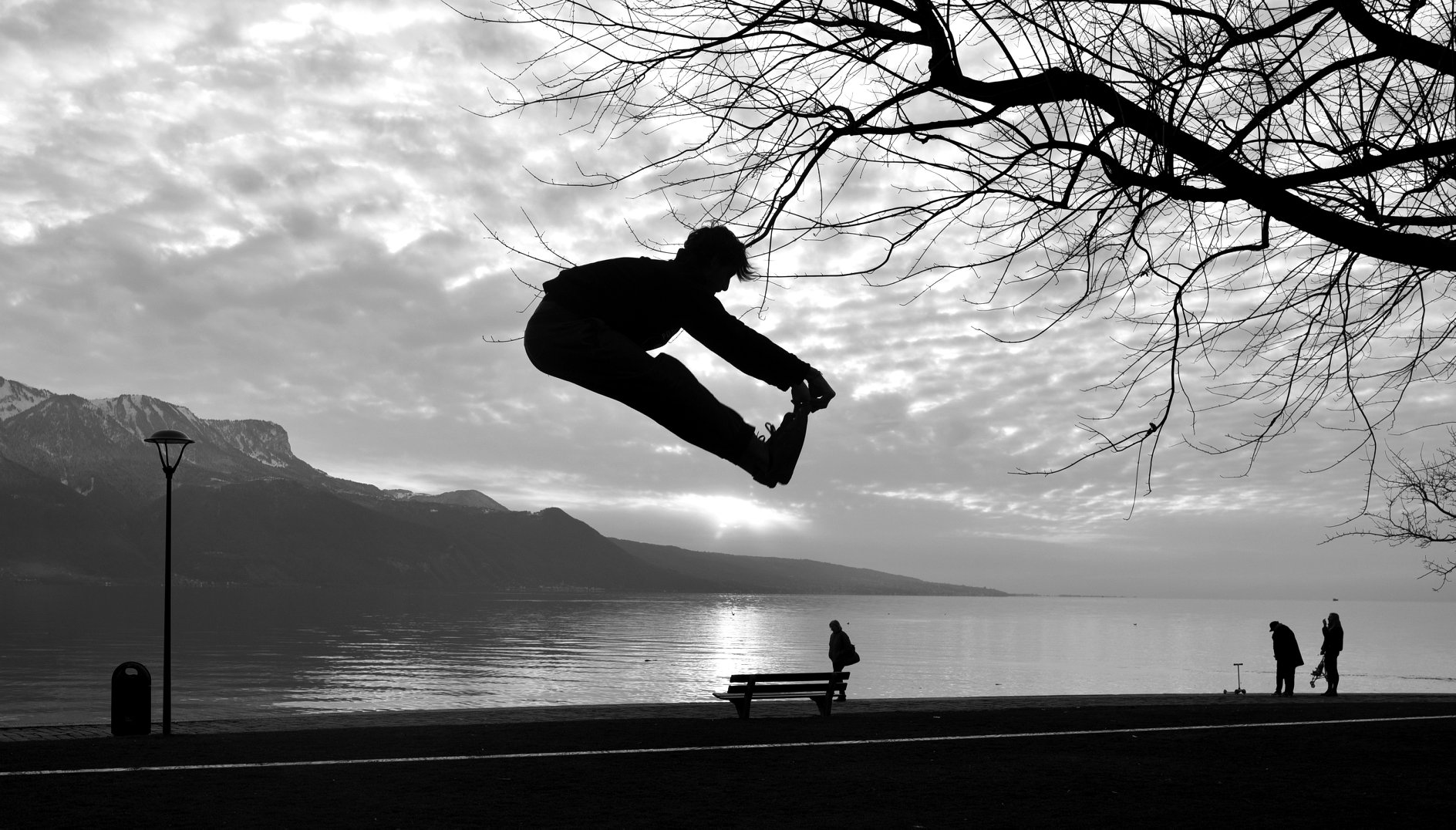 Vevey acrobatic highline trickline show funambule circus performance spectacle ecole suisse Slackline Lyell Grunberg.jpg