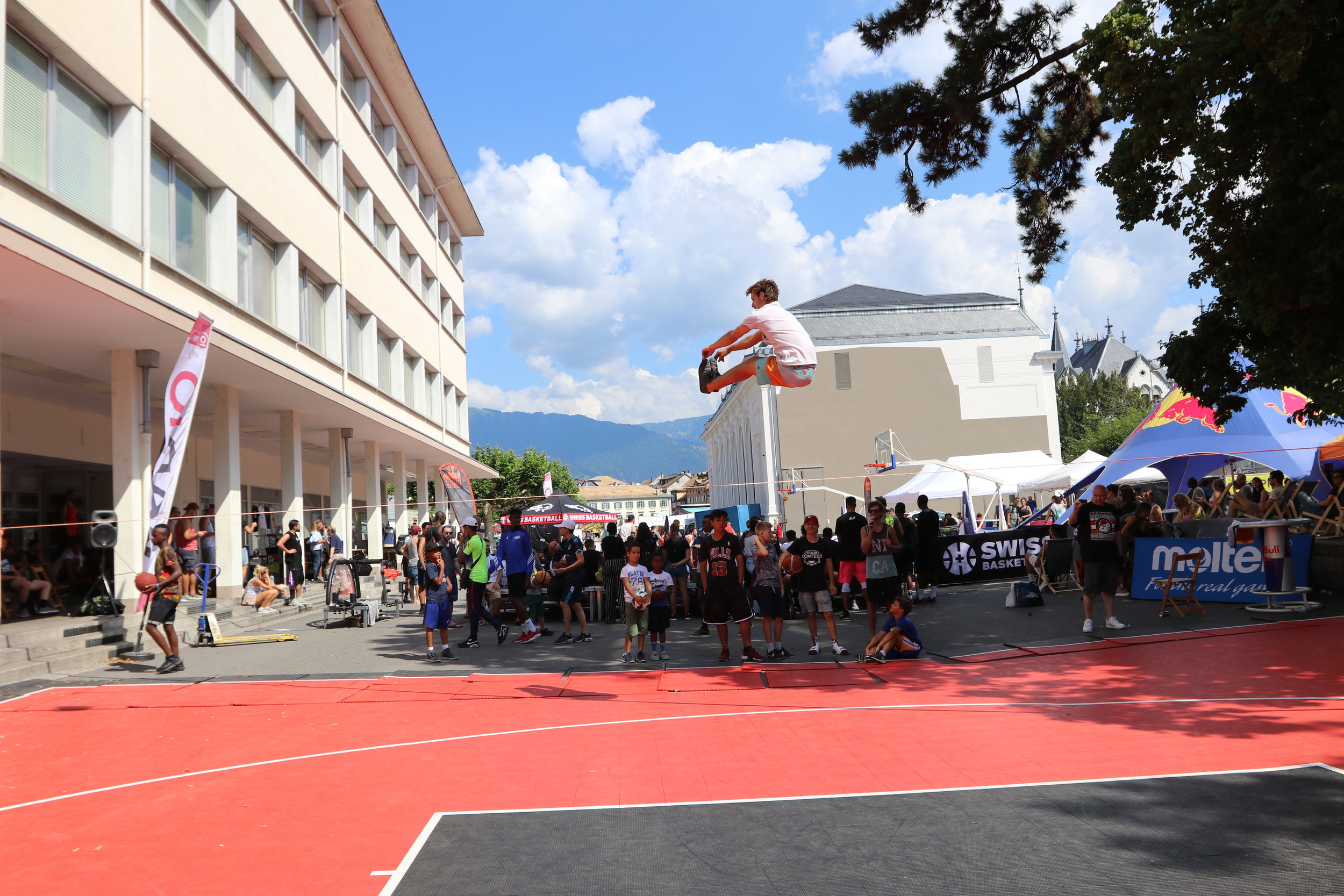 Urban project vevey highline trickline show funambule circus performance spectacle ecole suisse Slackline Lyell Grunberg  (1).JPG