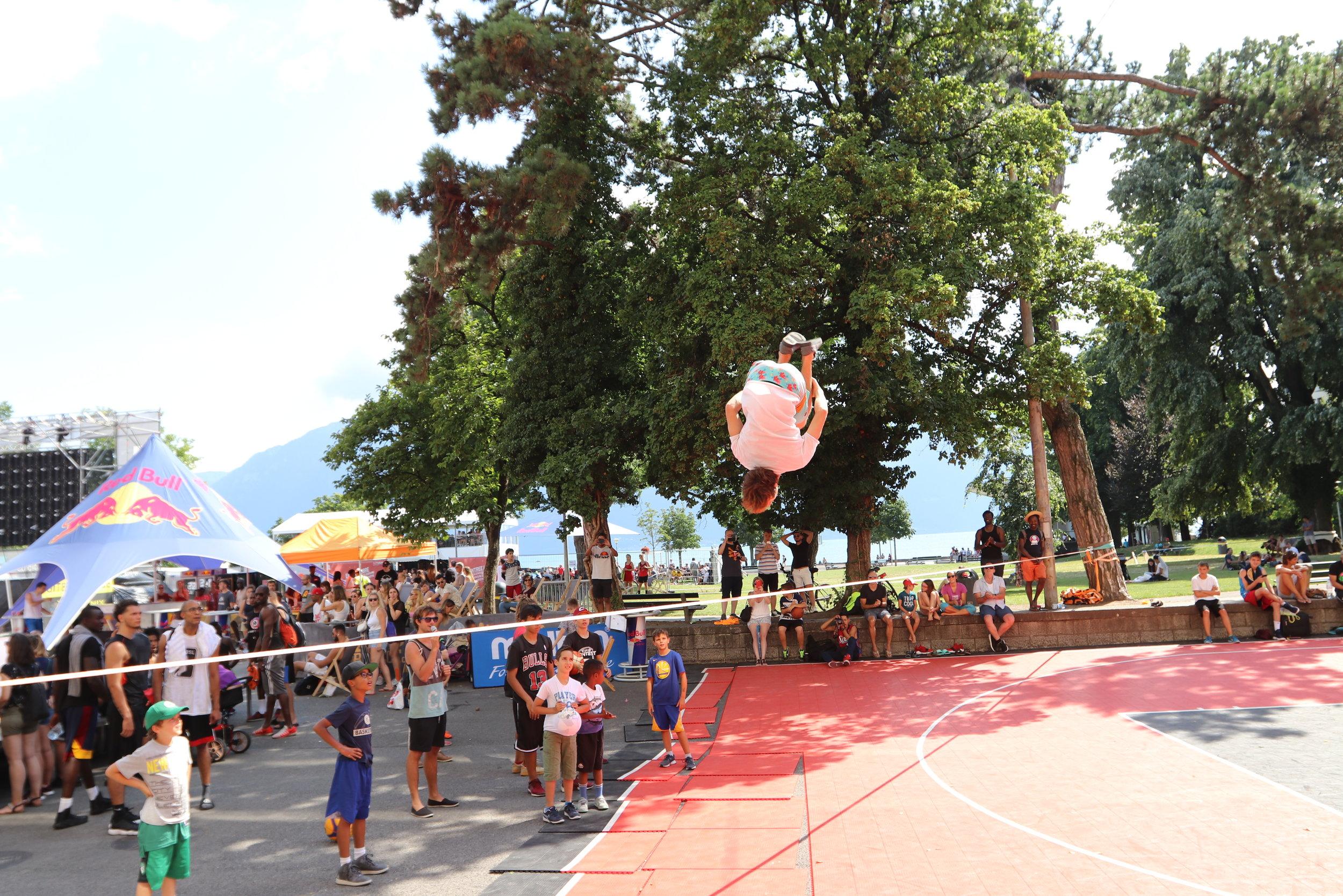 Urban project vevey highline trickline show funambule circus performance spectacle ecole suisse Slackline Lyell Grunberg  (3).JPG