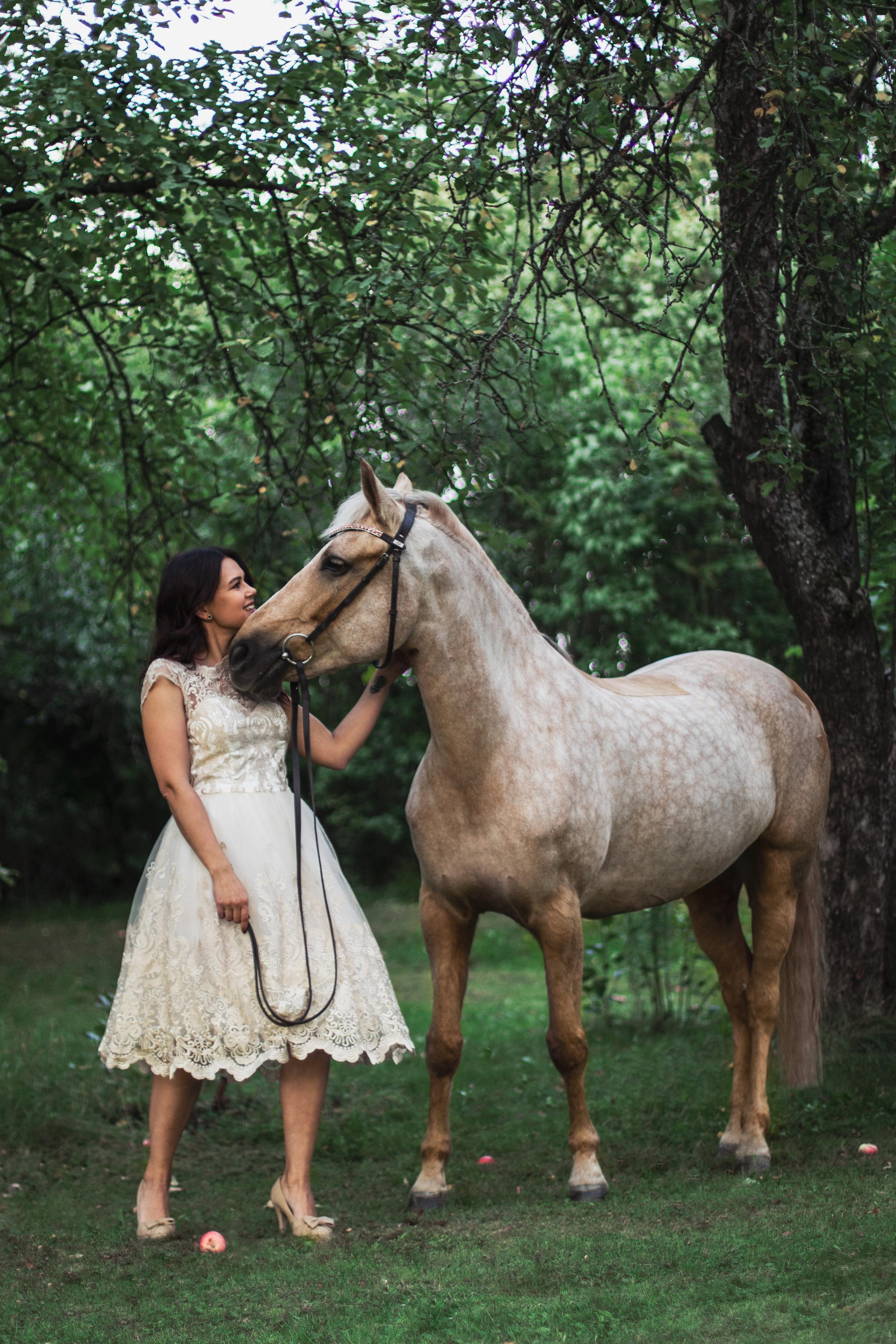 The princess and her horse - Muotokuva lemmikkisi kanssa. Viihtyisä ja mukava valokuvaus josta jää upea muisto. Otamme sekä tavallisia muotokuvia että enemmän dokumentaarisia kuvia, riippuen siitä minkälaisia kuvia haluat sekä mikä sopii teille parhaiten. Sopii kaikille eläintenomistajille. 10 kuvaa sisältyy hintaan, lisää voi ostaa.150€