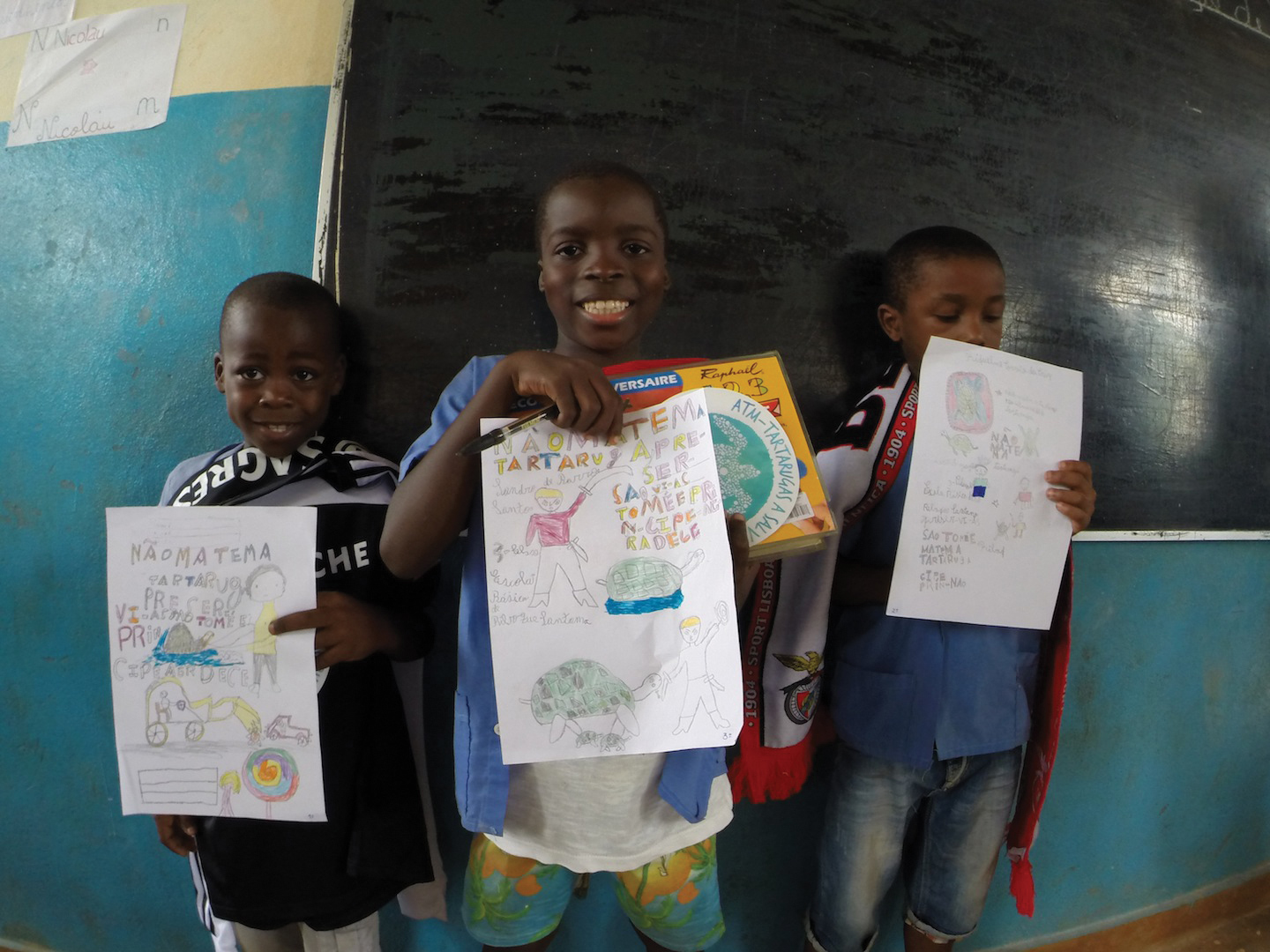 Winners of a sea turtle conservation–themed student drawing contest pose with their artwork. © VICTOR JIMÉNEZ
