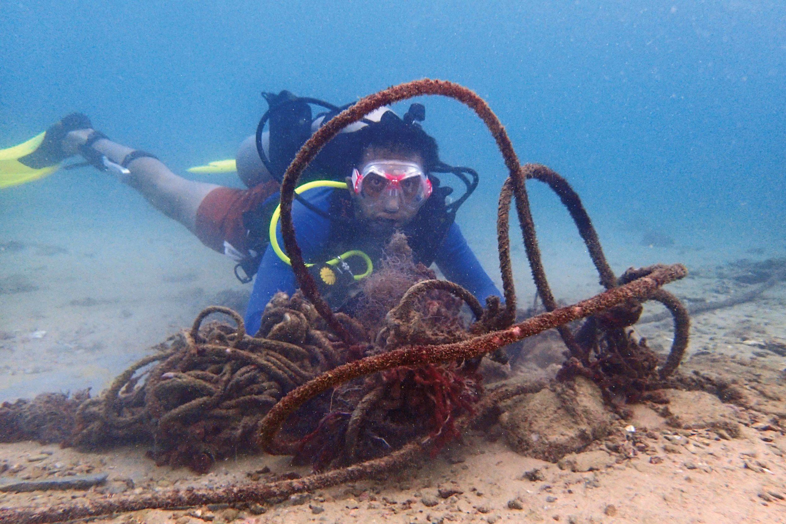 Olive Ridley Project Pakistan project coordinator, Absar Khan, removes a ghost net from the ocean floor while diving off Charna Island, Pakistan. © MARTIN STELFOX