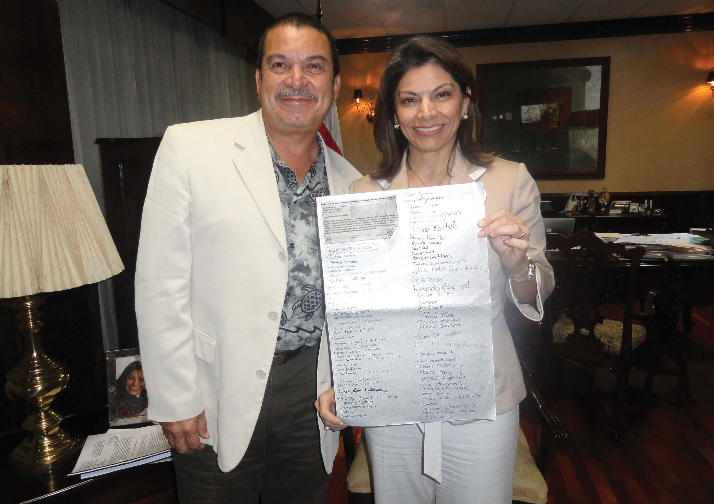 Randall Arauz (left), director of PRETOMA, and Costa Rican President Laura Chinchilla (right) with a petition signed by 100 students of Blue Valley School, Escazú, Costa Rica. The petition, which addresses the issue of shark finning, was organized by Chinchilla's teenage son in 2011. © PRETOMA