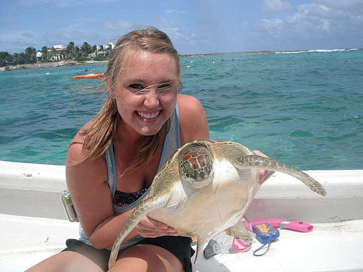 Academic interns assist at various sea turtle research and conservation projects throughout Latin America. © KATHERINE COMER SANTOS / THE SCIENCE EXCHANGE SEA TURTLE INTERNSHIP PROGRAM