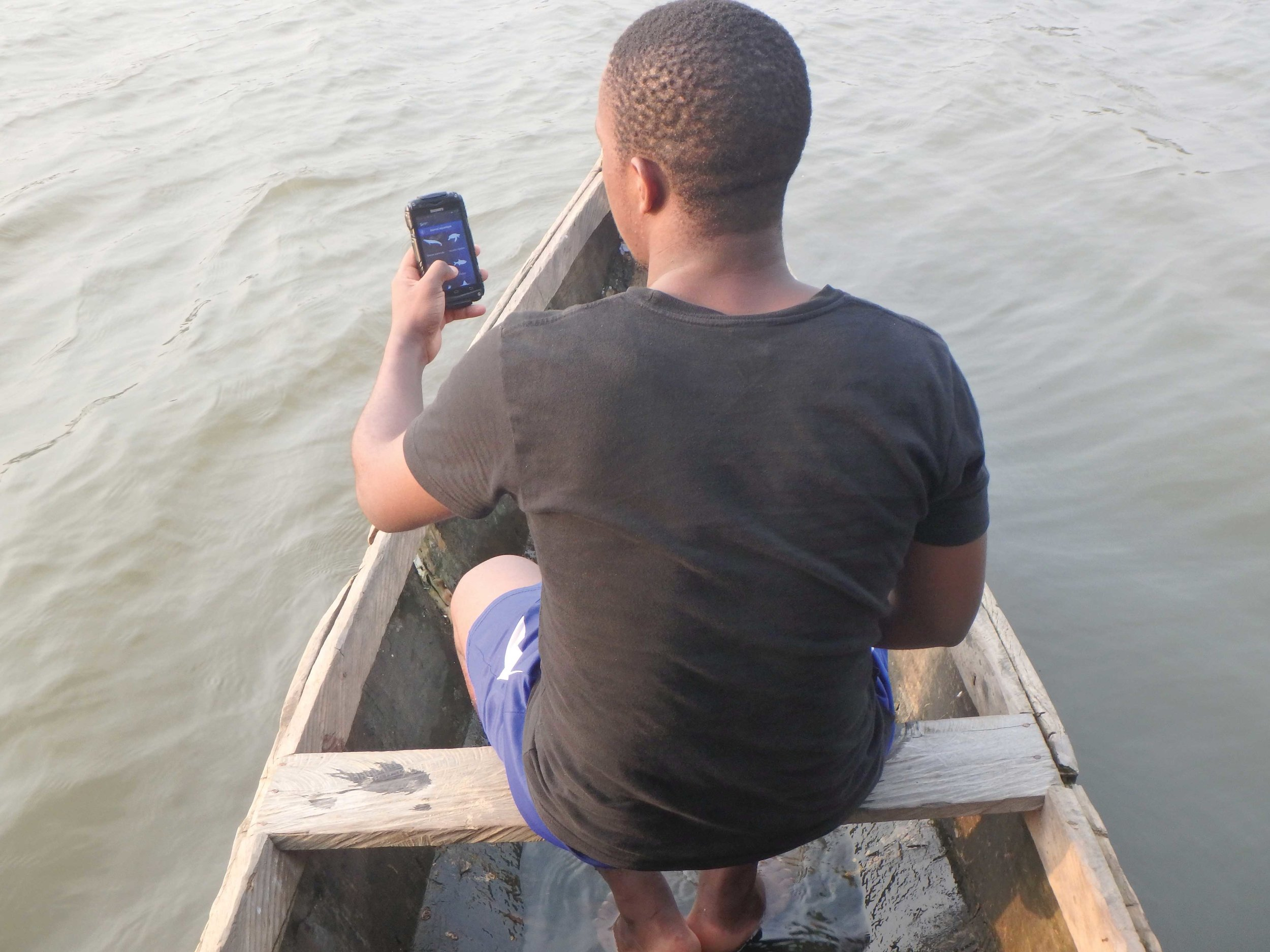 A SIREN app user reports an observation in Lake Ossa, Cameroon. © AMMCO