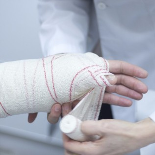 Doctor-Patient-Plaster-Cast-171888083-9f6.jpg