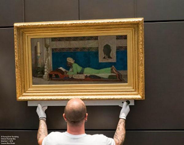 Louvre Abu Dhabi koleksiyonunda yer alan bir Osman Hamdi Bey tablosu yerleştirilirken. Müzenin yardımcı direktörü olan Hissa Al Dhaheri,  Vogue  dergisine verdiği röportajda bu eserin müze koleksiyonundaki en sevdiği eserlerden biri olduğunu belirtiyor.[6]