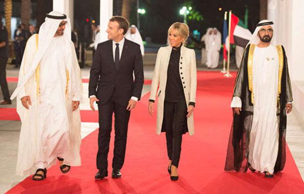Abu Dhabi veliaht prensi Seyh Muhammed bin Zayid el-Nehyan, Fransa cumhurbaşkanı Emmanuel Macron ve eşi Brigitte Macron, Dubai Emiri Şeyh Muhammed bin Raşid el Maktum Louvre Abu Dhabi açılış töreninde. Macron, müze açılışından sonra Dubai'de iki ülke tarafından düzenlenen ekonomik foruma da katıldı.