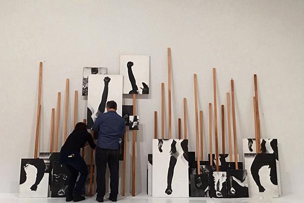 """Whitney Müzesi çalışanları Annette Lemieux'nün """"Left Right Left Right"""" adlı eserini ters çevirirken"""