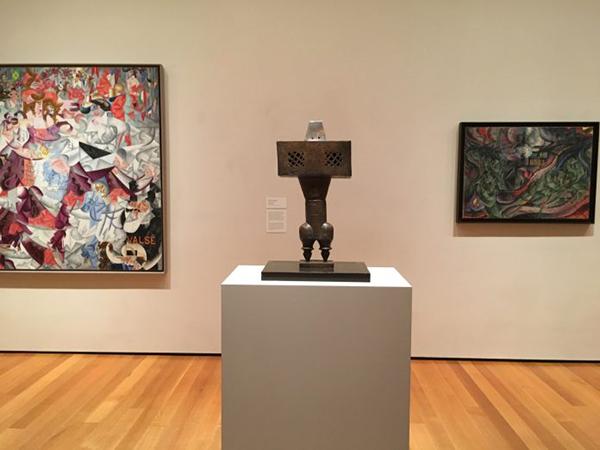 """Trump'ın göçmen kararnamesine tepki olarak MoMA'nın sergilemeye başladığı, İranlı sanatçı Parviz Tanavoli'nin """"The Prophet"""" adlı eseri."""