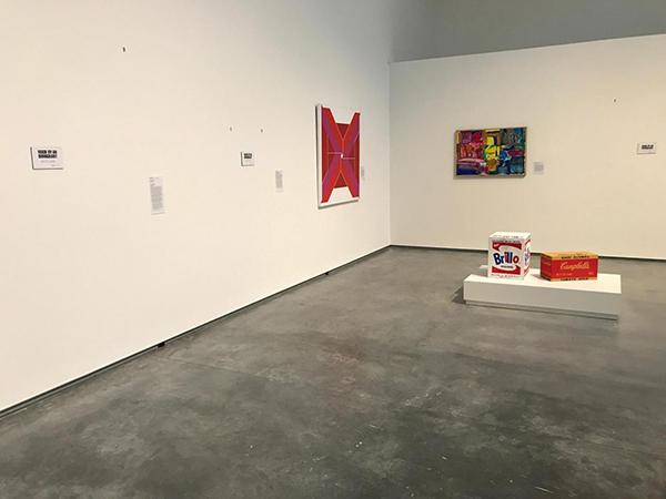 """Davis Museum'da sergilerden çekilen eserlerin yerine yerleştirilen etiketler: """"Made by an immigrant / Bir göçmen tarafından yapılmıştır"""""""