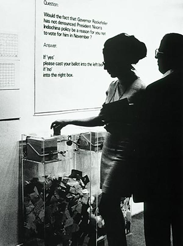 """""""MoMA Poll"""" adlı eserde evet oyu kullanan bir ziyaretçi, MoMA, 1970"""