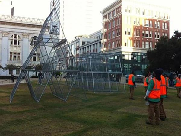 Occupy Oakland işgalleri sırasında sanatçılar tarafından heykele dönüştürülen polis bariyerleri, 2011