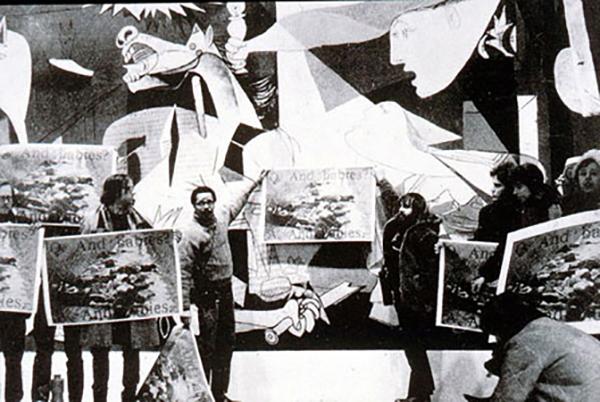Art Workers' Coalition üyelerinin MoMA'da sergilenen  Guernica  önündeki protestosu, 1970