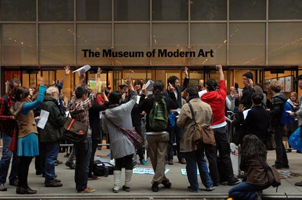 Occupy Museums eylemcileri MoMA önünde