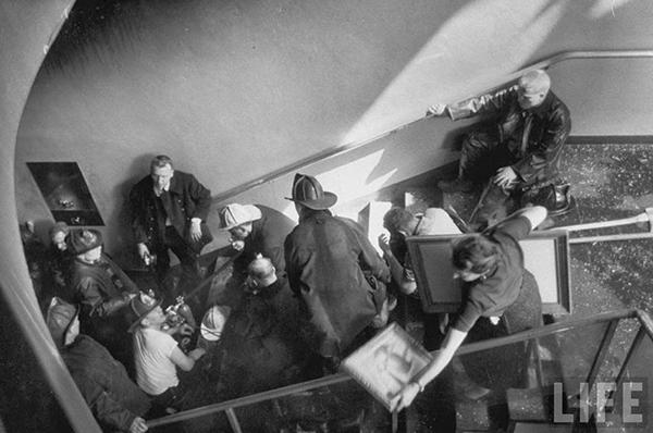 İtfaiyeciler ve müze çalışanları eserleri kurtarma telaşında (Kaynak: LIFE)