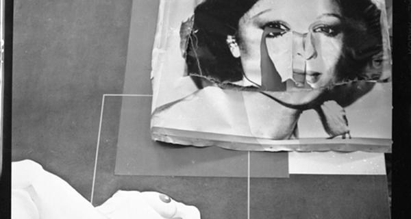 Protestocular tarafından tahrip edilen Andy Warhol'un Farah Pehlevi portresi (Bahman Kiarostami'nin  The Treasure Cave belgeselinden)[9]