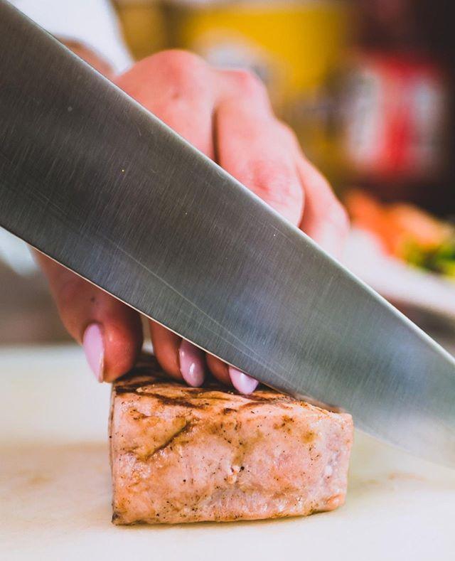 It's al about focus and that perfect slice  Damn I love me some fresh tuna right know!! #cafemaastricht #cafe #restaurantmaastricht #eteninmaastricht #gh5 #panasonicgh5 #fodporn #tstyfood #tastyfoods #maastricht #maasje #nederlandsefotograaf #foodfotagraphy #lekkereten #wearerealitymedia #cafevanbommel 