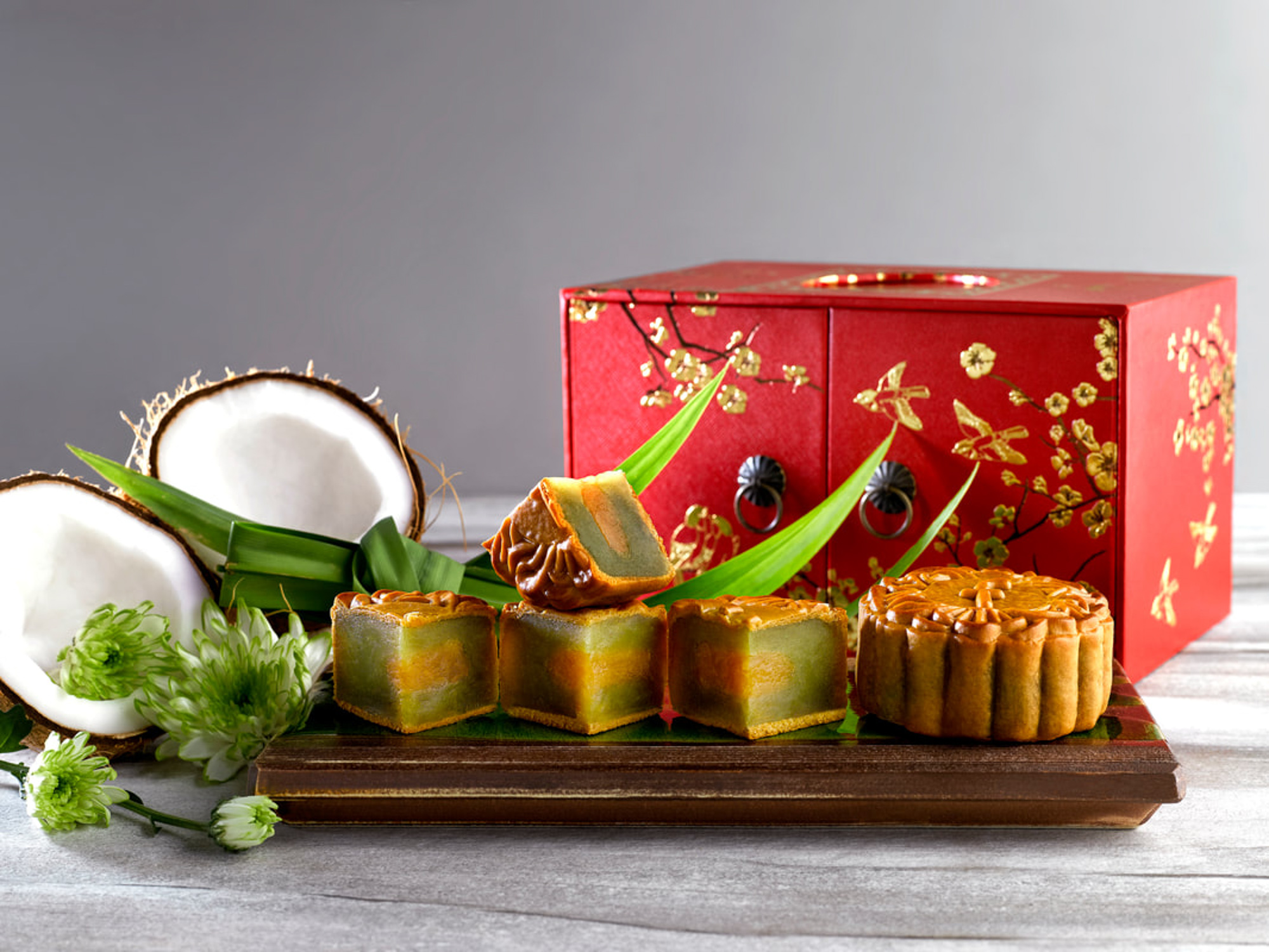 Mid-Autumn-2017-at-Jade-Restaurant-The-Fullerton-Hotel-Singapore-pandan-with-coconut-baked-mooncakes.jpg
