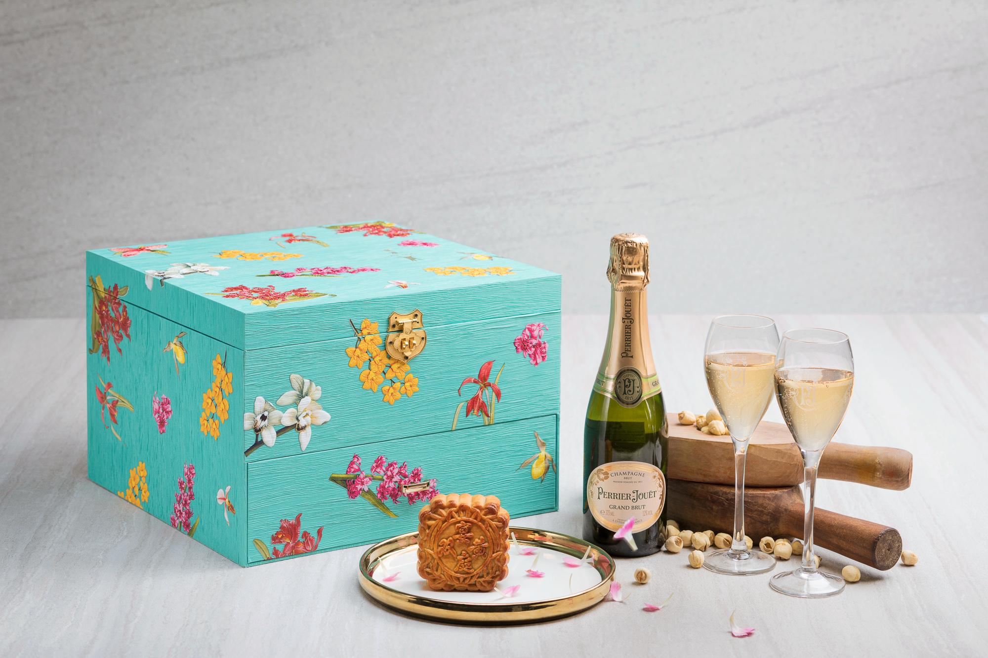 Mid-Autumn-2017-at-Yan-Ting-The-St.-Regis-Singapore-Lavish-Mooncake-Gift-Box-2.jpg
