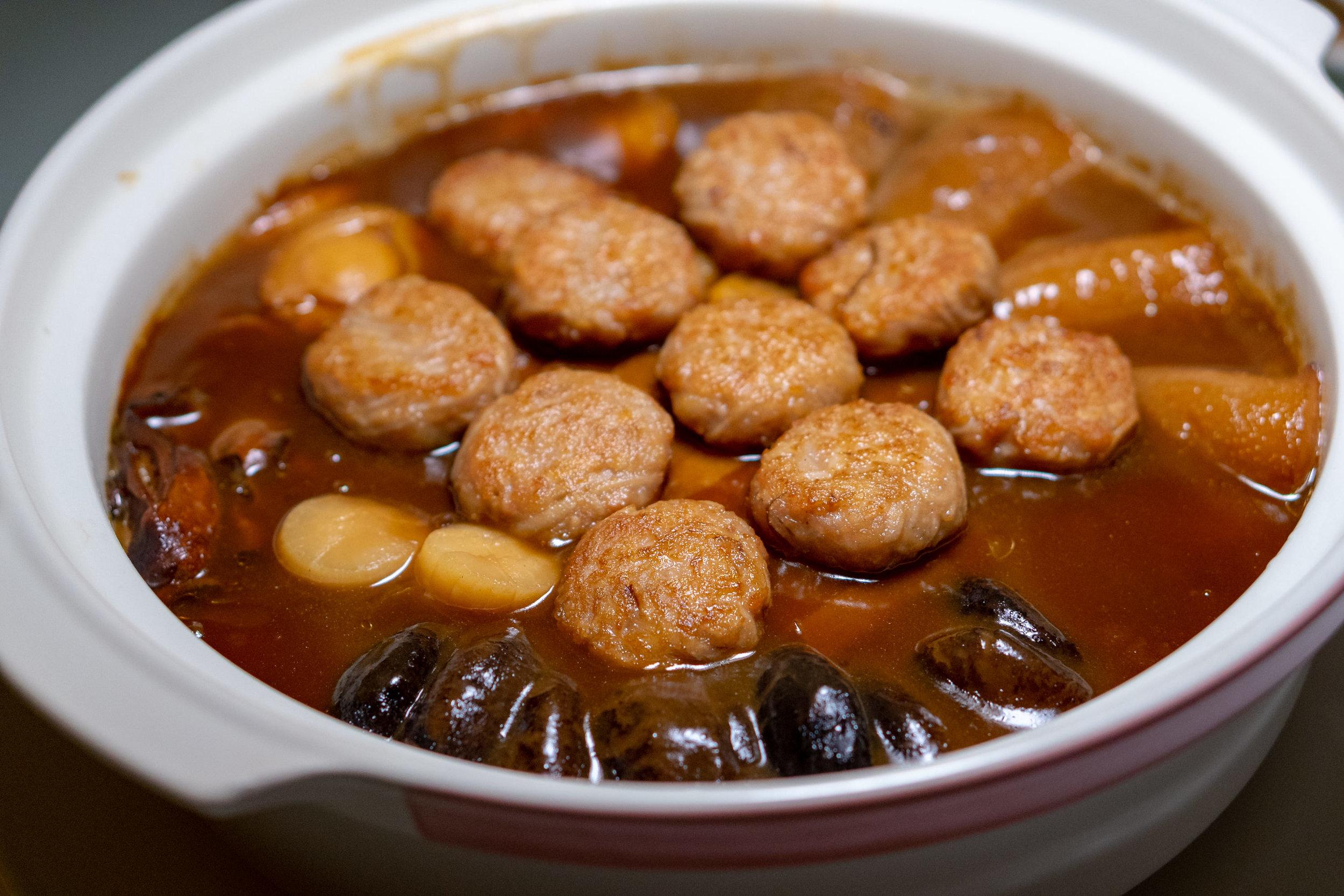 Braised Pork Belly with Pan-fried Lotus Root Pork Patties and Sea Treasures in Claypot 富贵花腩莲藕肉饼海味锅