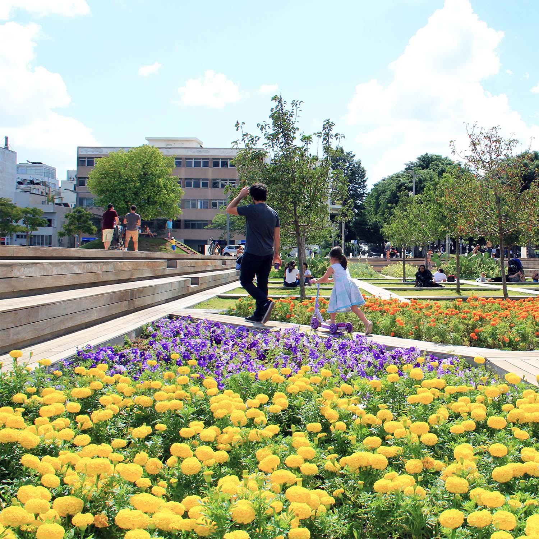 Der Habima Platz in Tel Aviv    Garten + Landschaft, Callwey Verlag, April 2014    Beitrag zur Printausgabe   Besuch einer der zentralen Plätze der 'Weißen Stadt' Tel Aviv, gestaltet vom berühmten Künstler Dani Karavan.