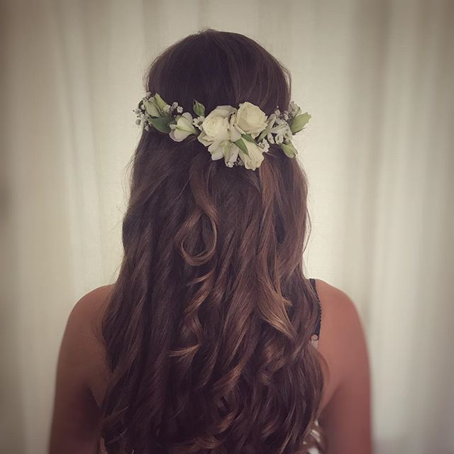 I absolutely love flower arranging in hair, I created this in Megan's hair on Saturday using a selection of fresh white flowers and a little greenery, then did some smaller arrangements in the bridesmaids hair to match! 🌿🌸🌿