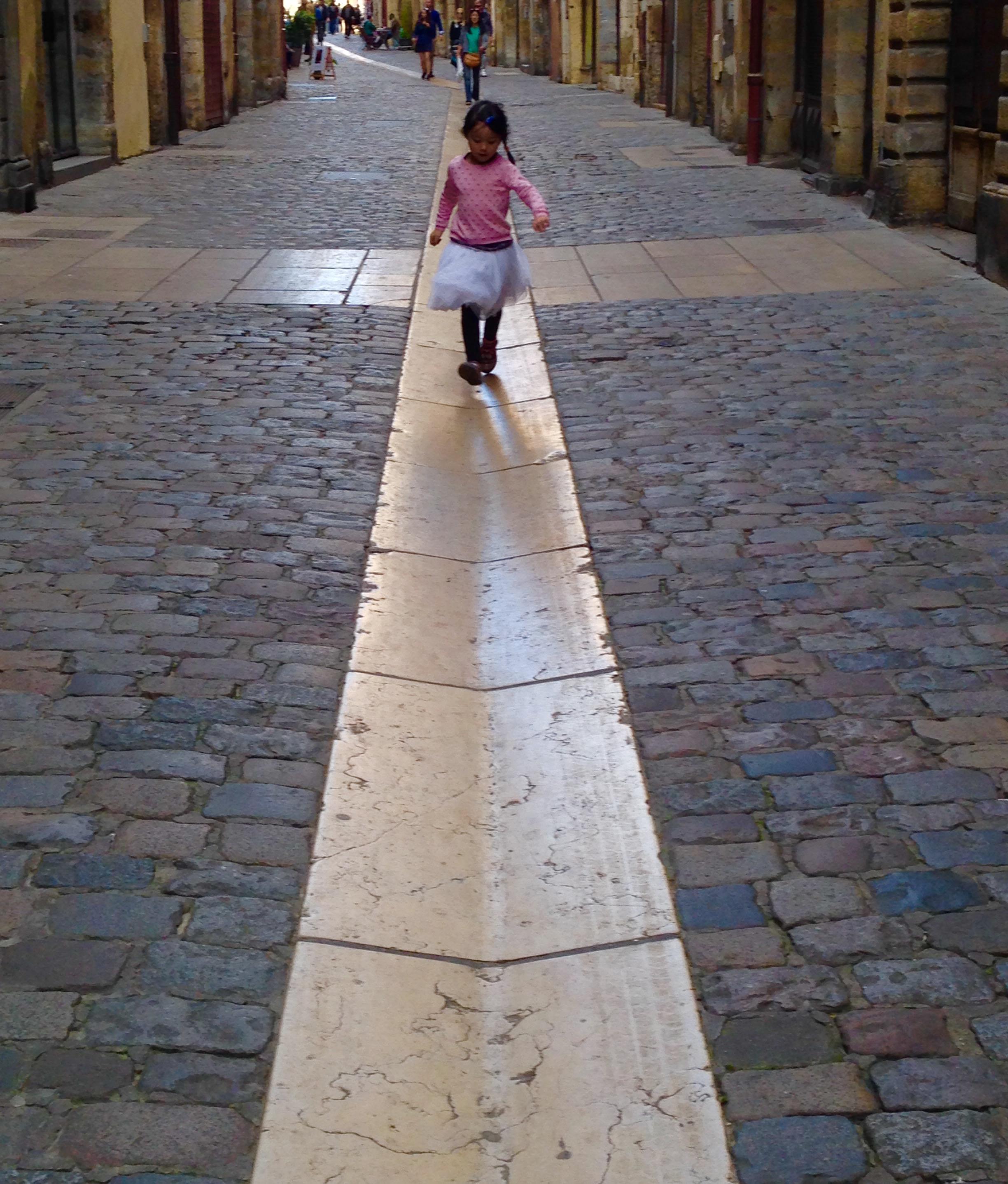 La petite fille au chemin tracé, Photo de Jean Véronneau, Lyon, 2017