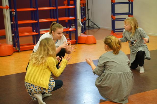 Redacteur Rimke Saan in actie als dansdocent.