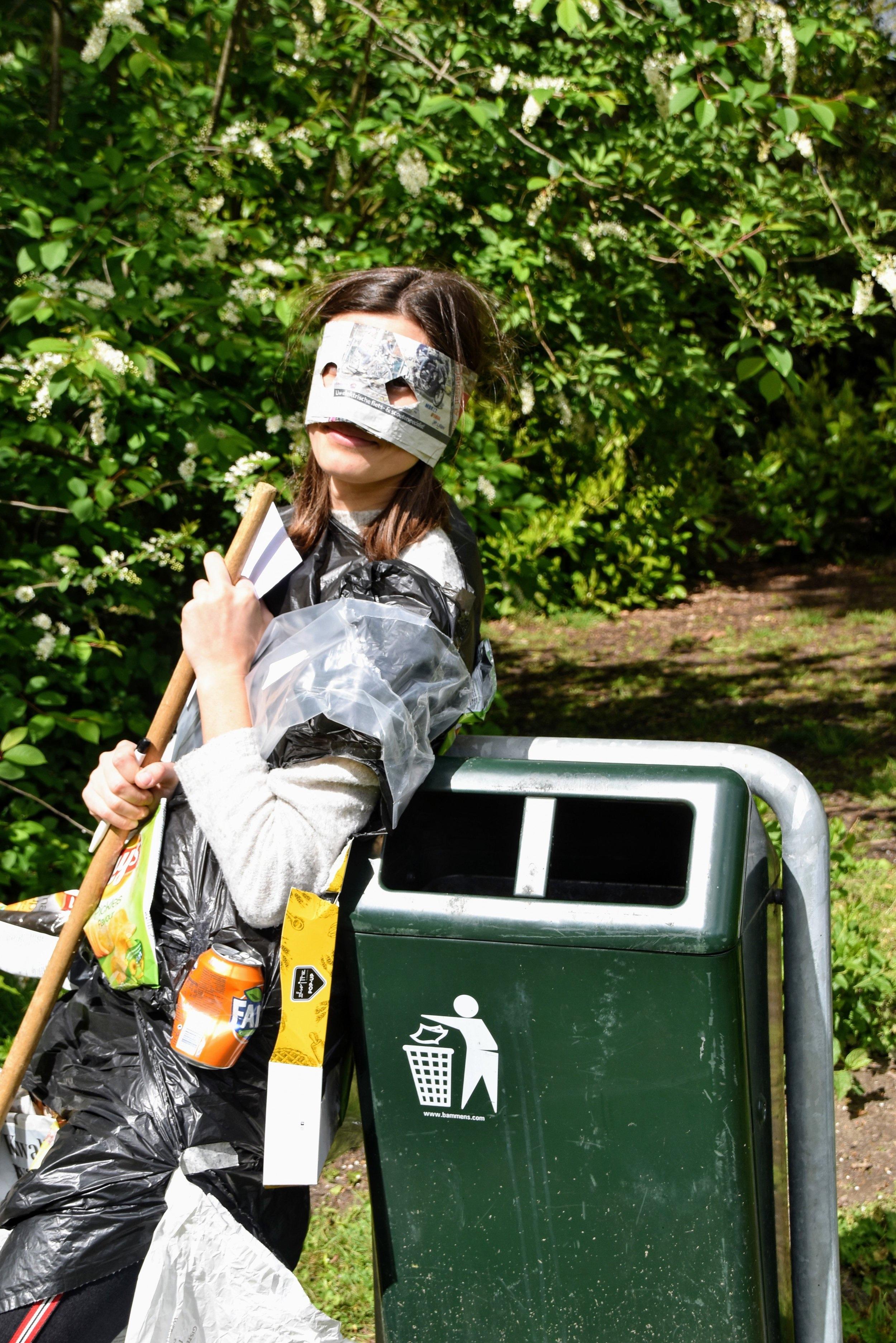 We kregen bezoek van Afvalvrouw, - geen dieetsite, maar een trieste dame die genoeg had van al het afval dat naast de vuilbaken belandde.