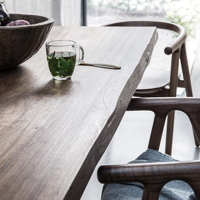 ☀️ Goeiemorgen! Wat is het toch heerlijk worden met een kopje thee aan een Lakewood tafel! ⁣⁣ ⁣⁣ ❇️ Natuurlijk, eerlijk, rauw en echt. Voor ons is dit hout op haar mooist. Wat vind jij mooier? Een natuurlijke of een gepolijste look? Laat het ons weten, wij werken graag aan nieuwe ideeën! ⁣⁣⁣ ⁣⁣⁣ Fijne dinsdag allemaal! ❣️⁣⁣⁣ ⁣⁣⁣ -⁣⁣⁣ ⁣⁣ ☀️Good morning! What a pleasure to wake up and have a cup of tea at a Lakewood table! ⁣⁣ ⁣⁣⁣ ❇️ Natural, honest, raw and real. For us this is how wood looks the most beautiful. What do you prefer more: A natural or polished look? Share your thoughts, we love to work in new ideas! ⁣⁣⁣ ⁣⁣⁣ Een beautiful Tuesday everyone ❣️⁣ ⁣ 📷 by @rafainteriors