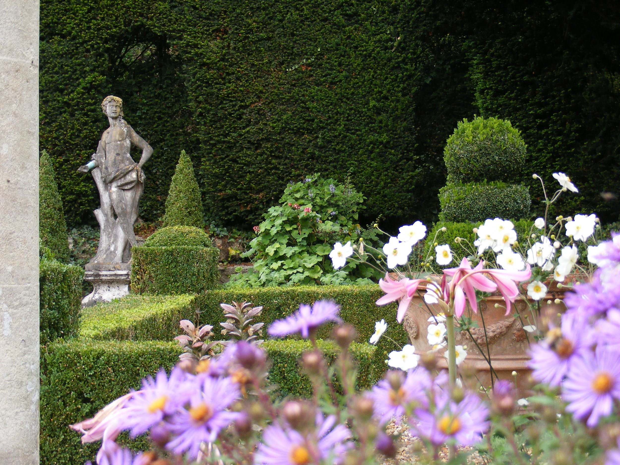 3. (c) Iford Manor_box parterre.jpg