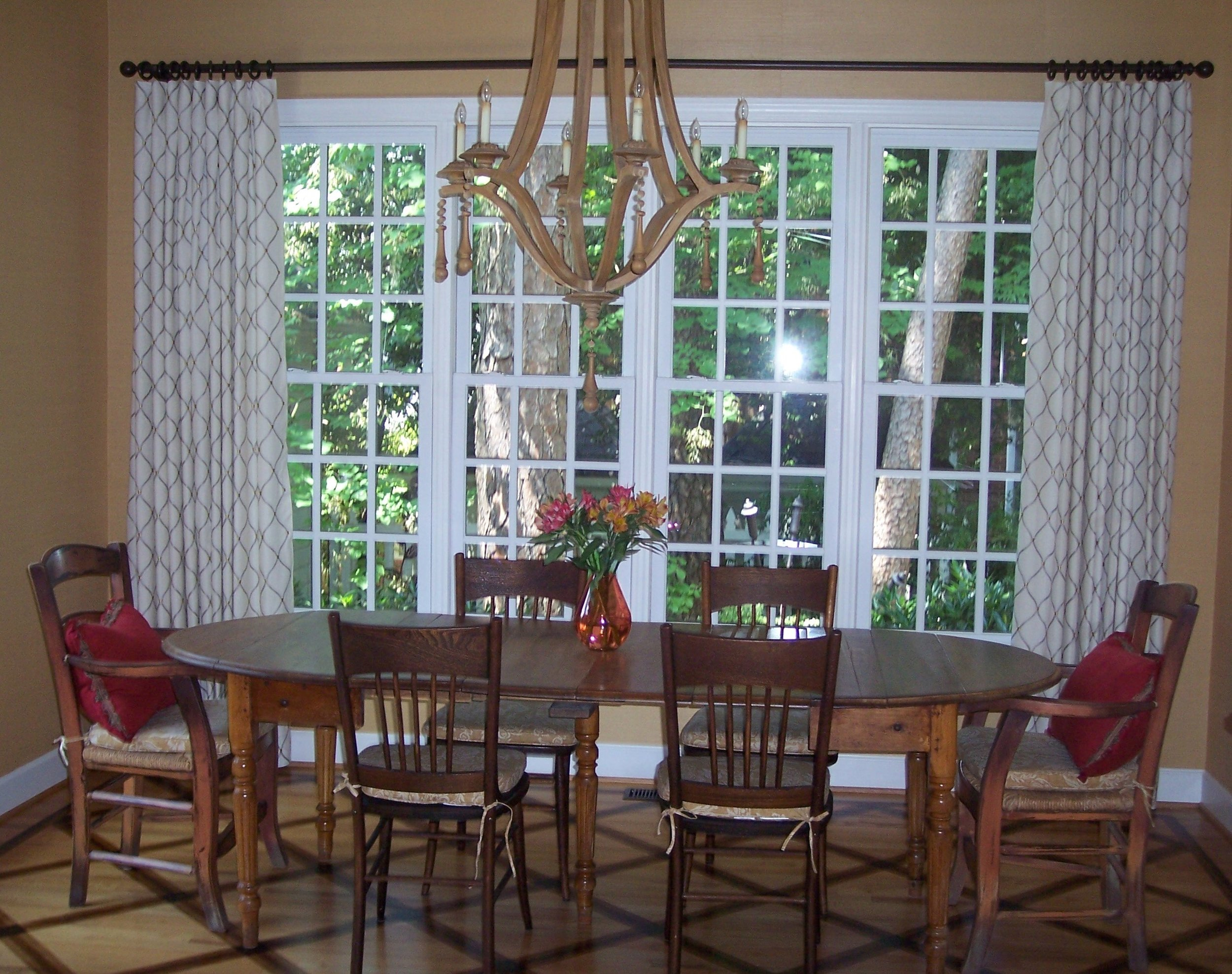 These drapes simply frame the picture window.
