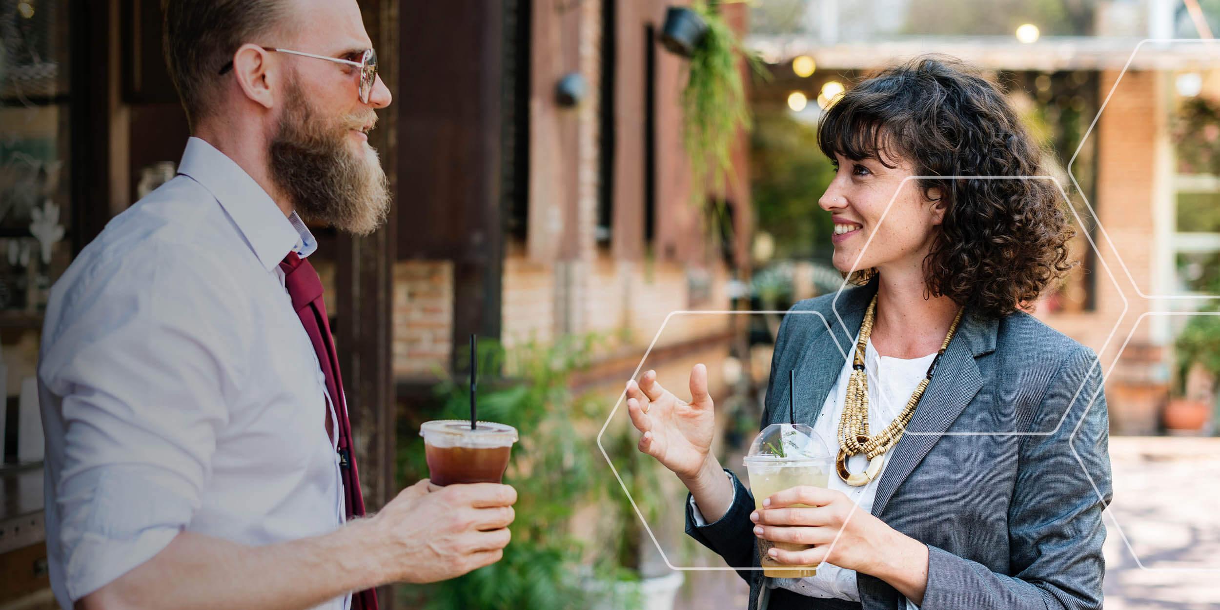 Man en vrouw met drankjes.jpg