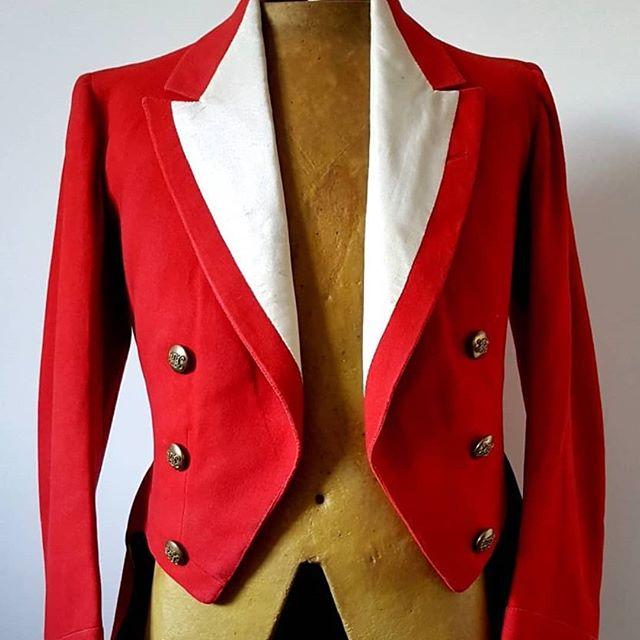 The brilliant colour of this early 19th century hunt jacket just pops. Presented with its original Master of the Hunt brass buttons. Click to but in bio #carrilloantiques #antiquedealersofinstagram #antique #foxhunt #antiquejacket #loveantiques #antiqueclothing #vintageclothing #victorianclothing #brassbuttons