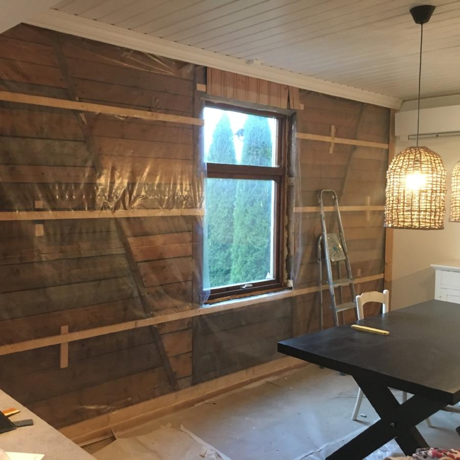 Panel fjernet på stuevegg før montering av vinduer