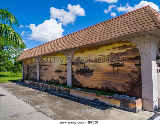 murals-painted-on-outdoor-walls-of-buildings-in-punta-gorda-in-charlotte-h9fj30_orig.jpg