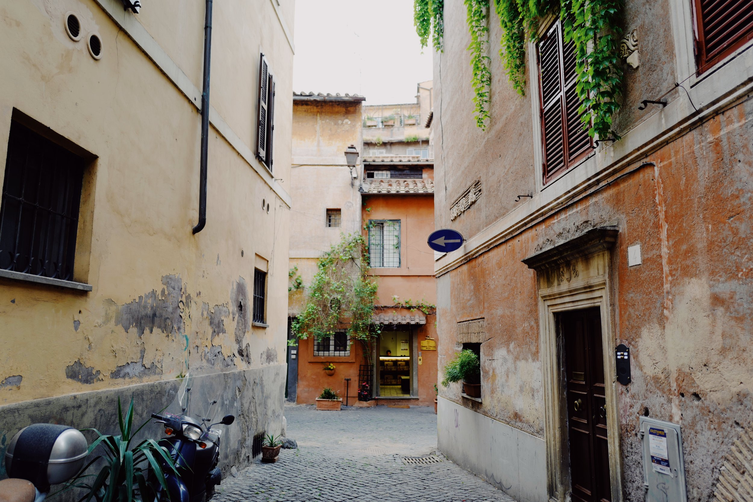 Trastevere: Small alleyway with faded walls