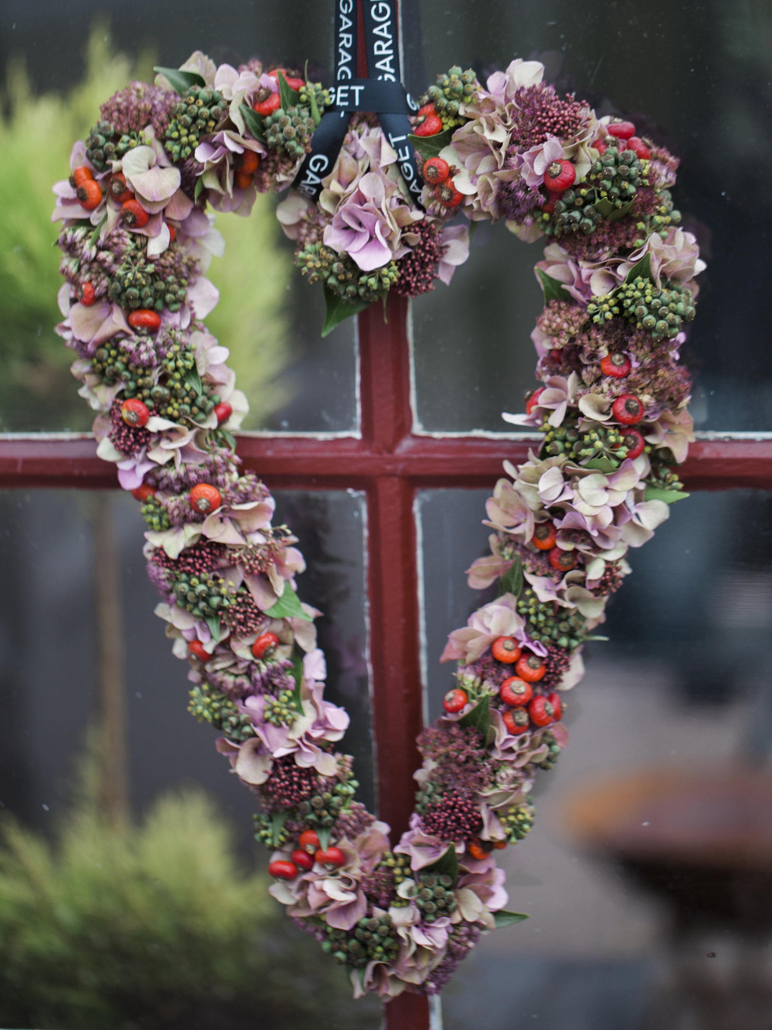 BLOMSTERARBETEN   Vi erbjuder alltid olika typer av blomsterarbeten såsom kransar, planteringar etc. Vi tillverkar alla våra arbeten i butiken med kärlek. Då efterfrågan är stor finns möjligheten att beställa här.   Beställ →