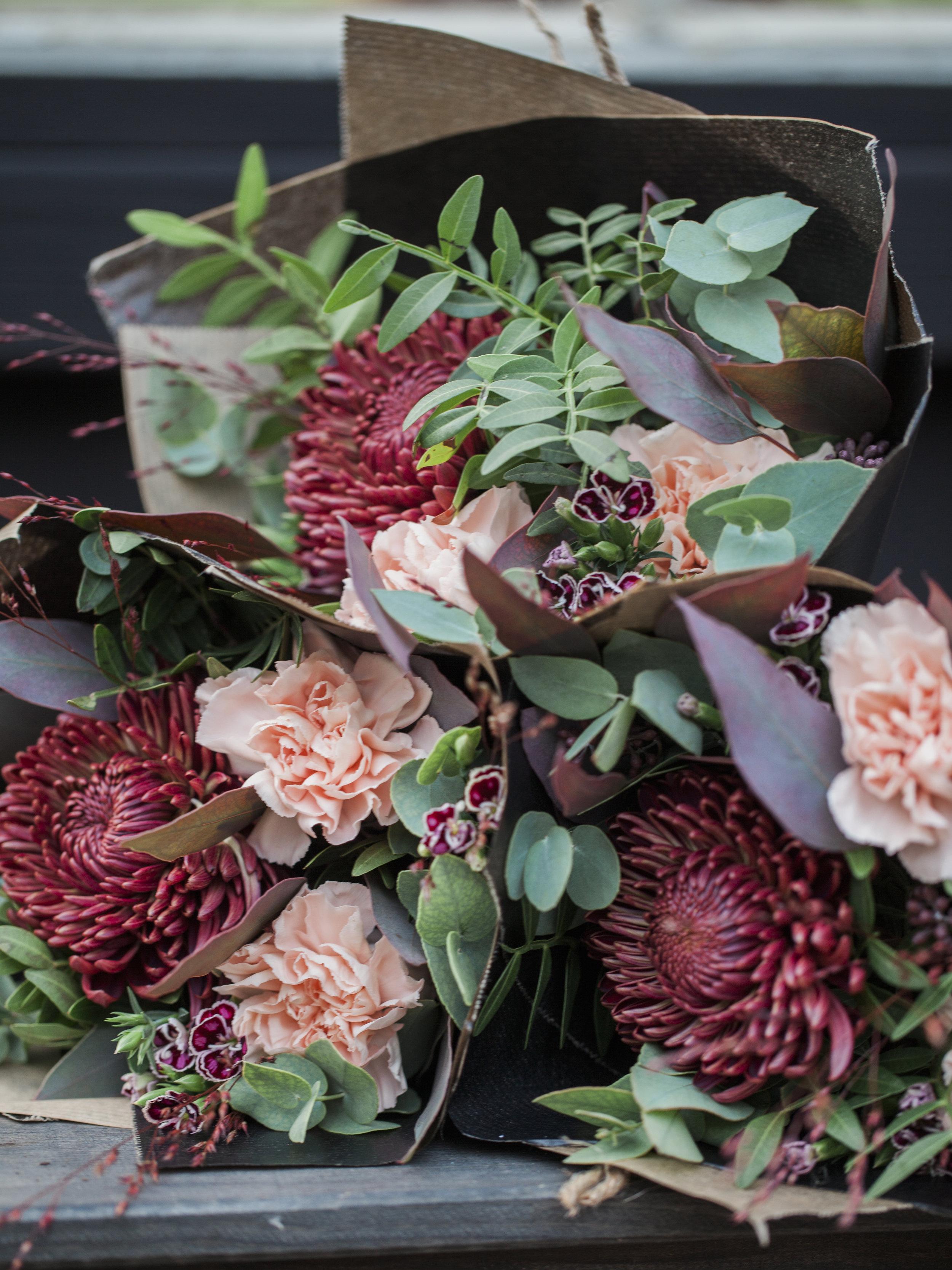 SNITTBLOMMOR   Hos oss hittar ni färdiga helgbuketter och vaser dekorerade med blommor till bra priser. Vi tar emot beställningar på större buketter, bröllop och begravningar.   Beställ bukett→