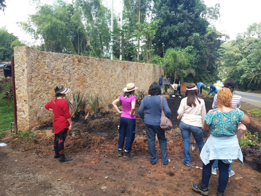 Students touring the farm and gardens going in the front entrance.
