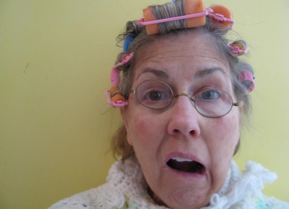 Μυρτώ Φιλίδου - Γεννήθηκε μια Πέμπτη και αυτό δε το ξεπέρασε ποτέ. Δυσκολεύεται να διαλέξει οδοντόβουρτσα και οι δάσκαλοι της μετάνιωσαν, που της έμαθαν γραφή.