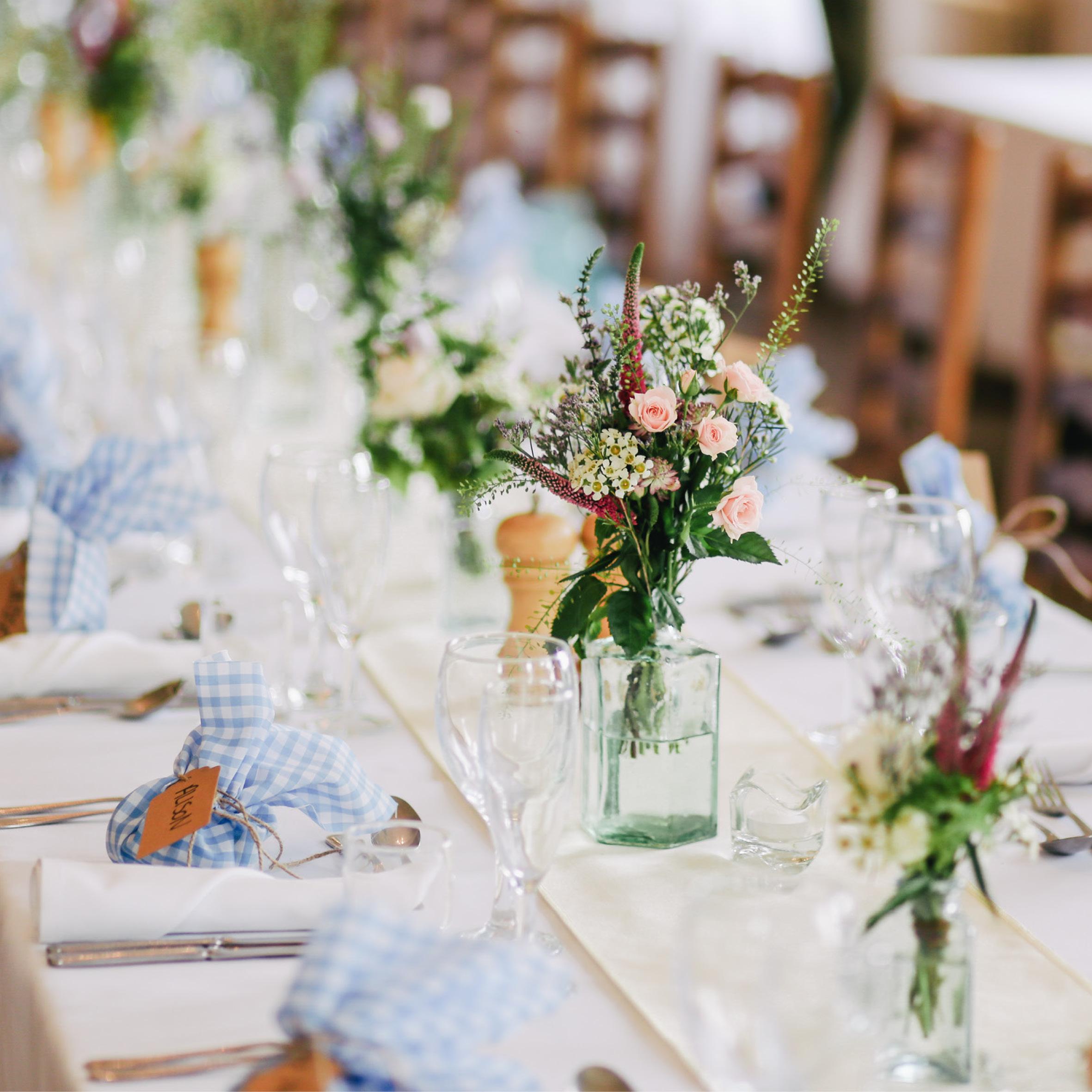 Materiaalverhuur - Saillart zorgt ook graag voor de aankleding van uw feest. U kan bij on terecht voor alle gebruikelijke materialen zoals porselein, glazen, tafels, stoelen, tafellinnen, togen, bbq's, unieke decoratie, …