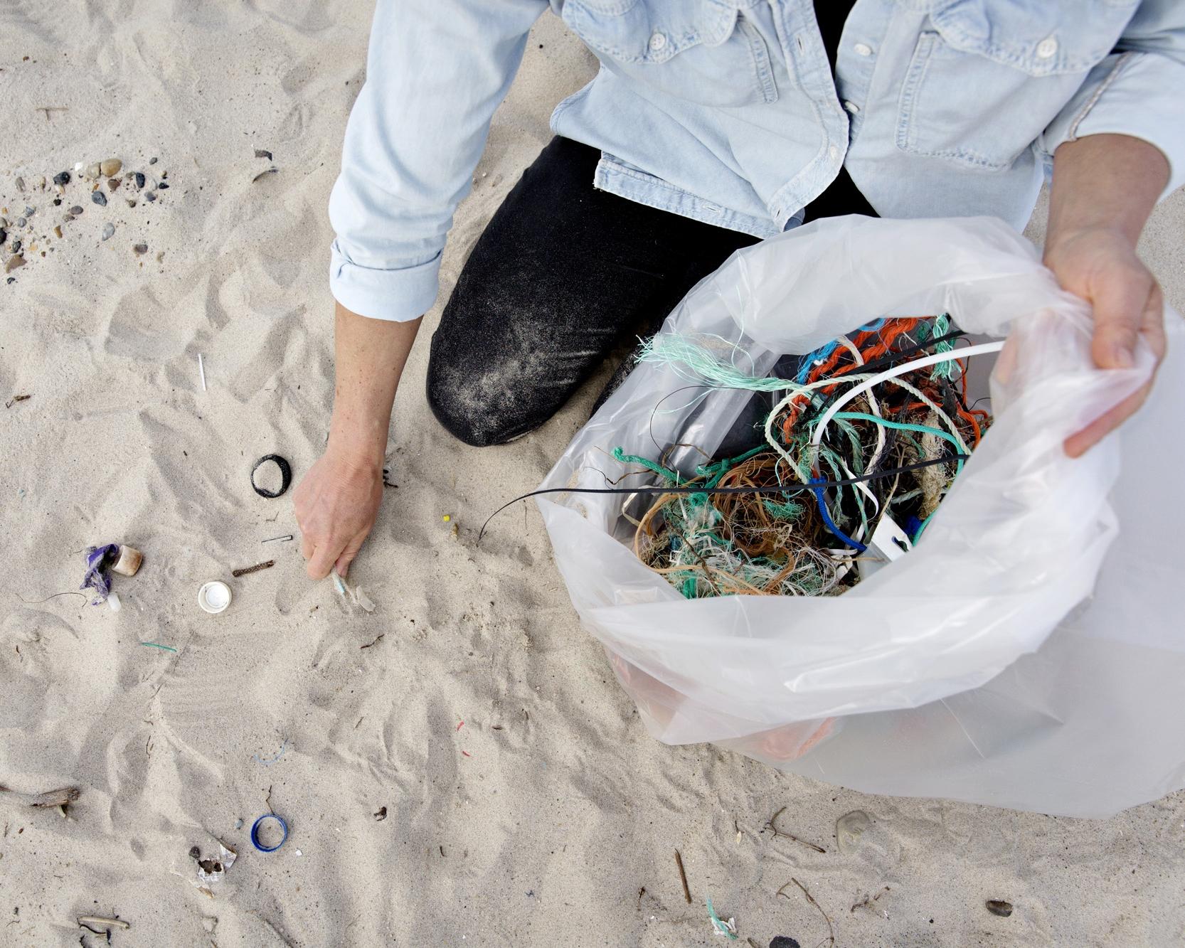 Om os - I STRANDET har vi det tilfælles, at vi elsker havet, bølgerne og naturen i Thy. Når vi går tur langs strandene eller surfer i bølgerne, ser vi bekymrende mængder af plastaffald. Derfor er det blevet vores mission at fjerne den strandede plast og forhindre, at den bliver søsat igen.Mød teamet