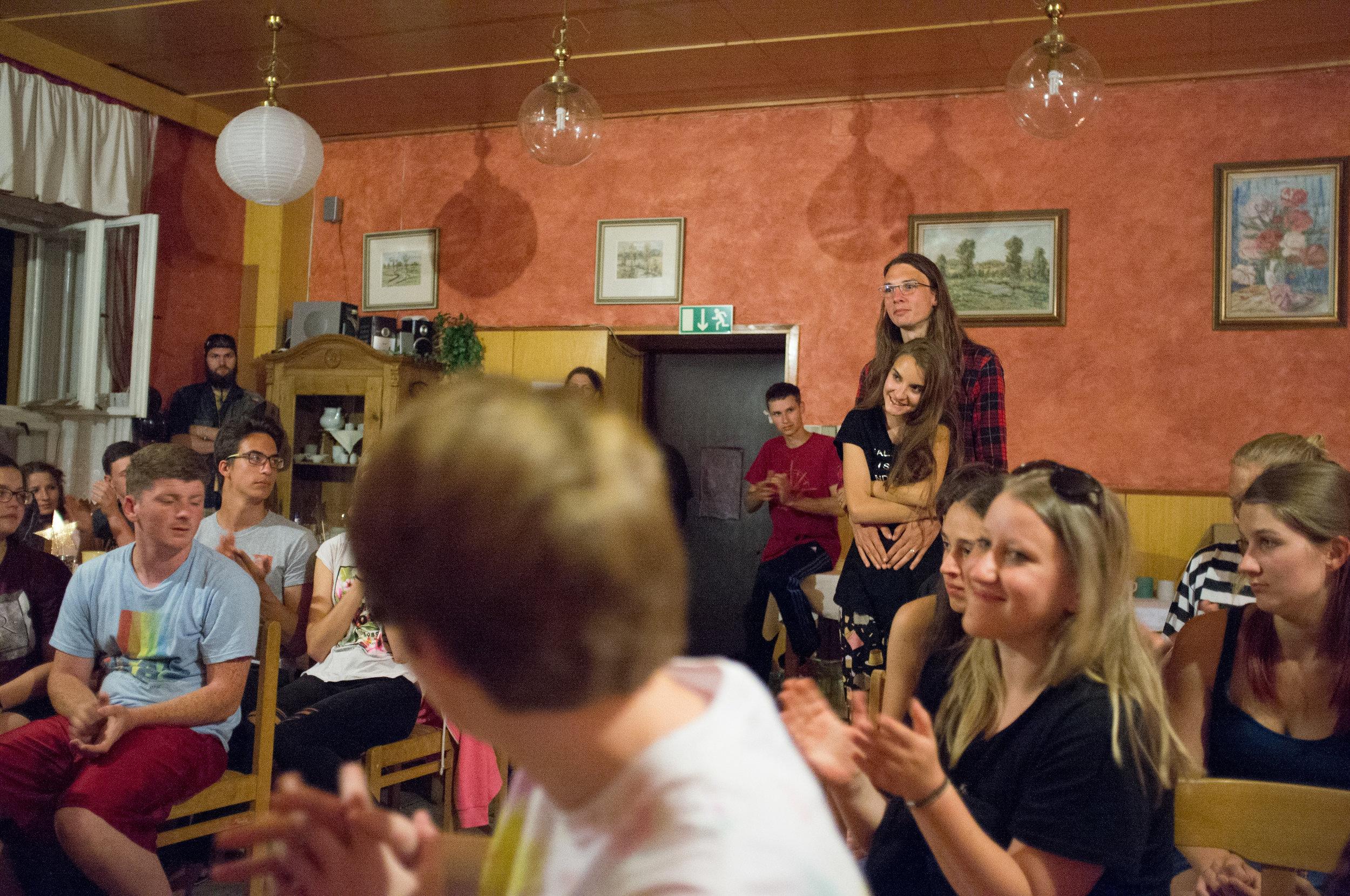 """Vztahy - Jednou ze základních charakteristik lidí je, že žijeme ve vztazích s druhými. Křižovatka Olomouc je proto charakterizována vztahy — budujeme je, rozvíjíme je, obnovujeme je — jak je patrné z našeho sloganu:""""Láskou a službou spojujeme cesty."""""""