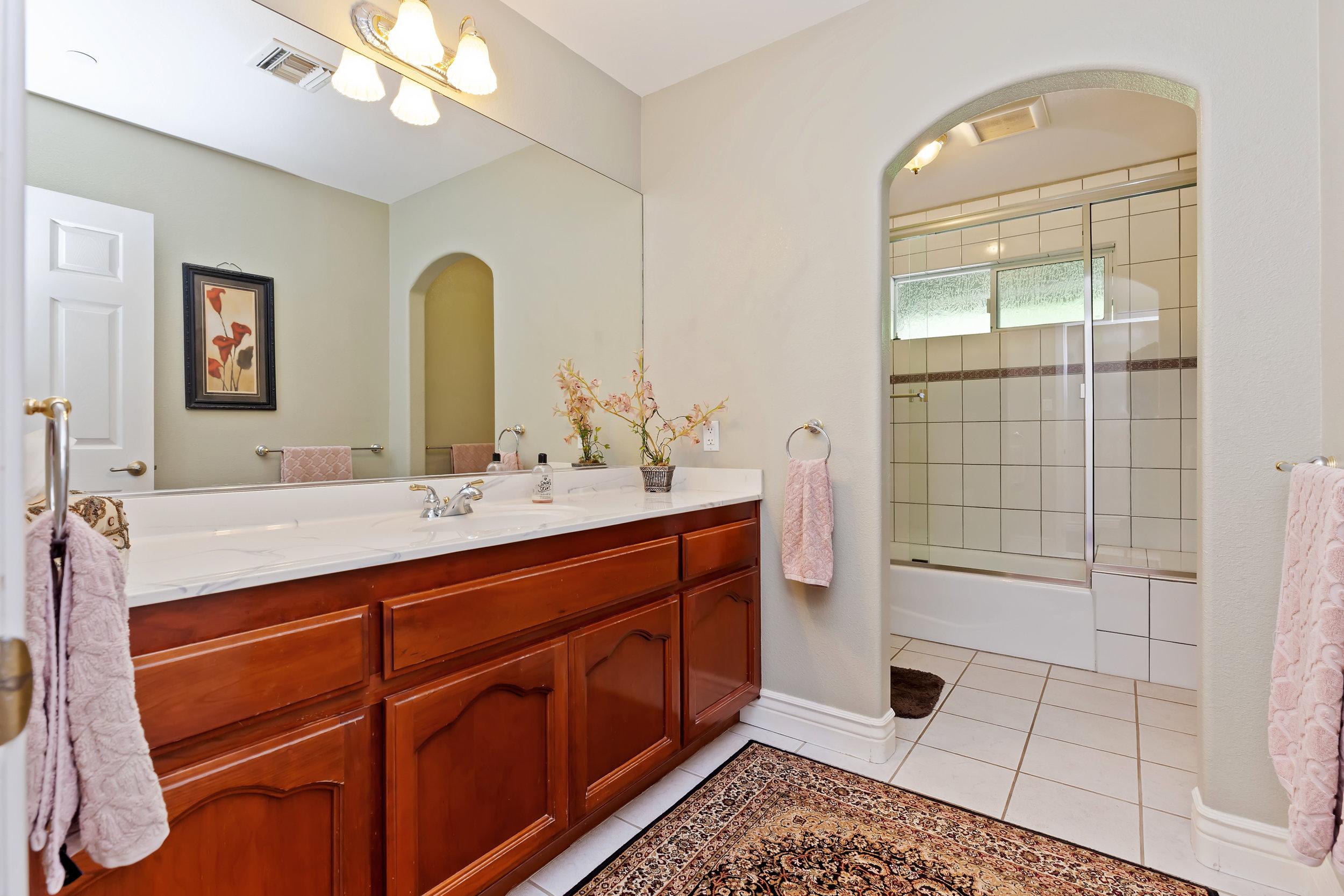 040_Bathroom.jpg